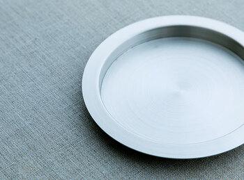 グラスなどのコースターやお湯のみの茶托としてちょうど良い、w110x10mmの小さいステンレスコースター。