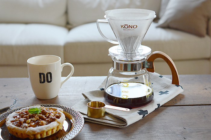 一般のコーヒー好きさんだけでなく、プロの間でもファンの多いKONO式。木の取っ手のデザインがわいいですね。円錐型のドリッパーで頂点に一つだけ穴があいているタイプです。ドリッパーの下部についている「リブ」と呼ばれる内側の溝が抽出するコーヒー液のスピードを調整してくれる構造になっているのが特徴。しっかりお湯を受け止めてから抽出されるコーヒーは、すっきりとしてまろやかな味わいです。