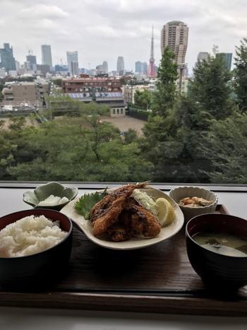 東京タワーや六本木ヒルズを一望する【有栖川食堂】が5階に。月替わりで『日本のご当地料理』『世界各国の料理』のメニューが登場します。