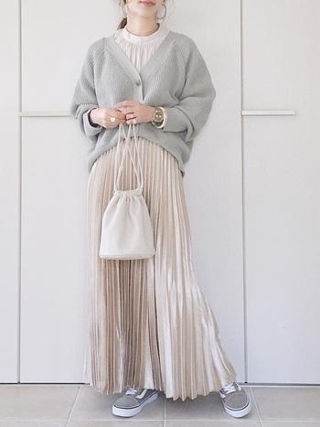 すこし肌寒いときには羽織りものをプラスして。  こちらは、サテン素材のシャーリングブラウスに、サテン素材スカートをあわせていて、一見ワンピースのように美しいですね。