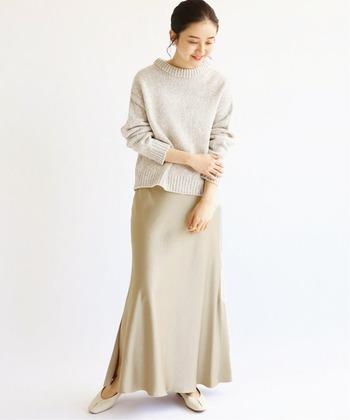 細かいワッシャー感でシワも目立ちにくいサテンスカートは、立ったり座ったりが多いお出かけのときの強い味方。保護者会や説明会などのきちんと感が必要な場にもよく似合います。