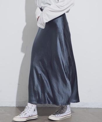 ボリュームの調節も簡単で、シャツやカットソー、パーカーなどはもちろんのこと、ニットにも◎  足元も女性らしいヒールから、このようにスニーカーもよく似合います。  風をはらんで揺れる美しいラインのサテンスカート。今年らしいサテンスカートの装いを見ていきましょう。