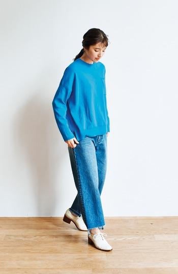 春だから明るめの服を着たい!そんな時は、ポップなカラーをベースにしたコーデがおすすめ♪ブルーのコットンニットにジーンズを合わせた同系色コーデで、美しいブルーがジーンズに馴染んで新鮮です。
