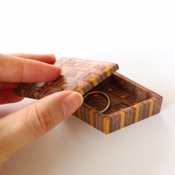様々な種類の木材を組み合わせ、幾何学模様を描く伝統的な木工技術「寄木細工」で作られた、菱形の蓋付きの小物入れ「合子」。幅約7×奥行き4×高さ2(cm) と小ぶりなサイズは大切なアクセサリーを入れておくのに最適。