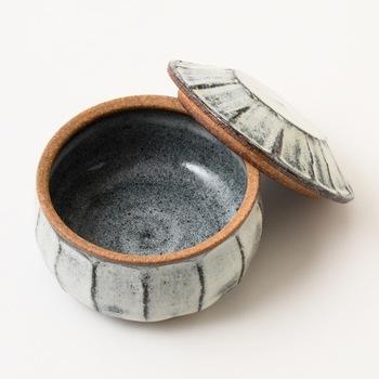 熊本県の小代焼ふもと窯、井上泰秋氏の手による小代焼のフタ付きの陶器。10 X H6.5cmと、可愛らしいサイズでアクセサリー入れとしても重宝します。
