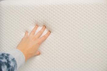 触るとゆっくり沈み込み、時間をかけてゆっくりもとの形に戻る低反発クッション。ほどよい弾力と粘性のあるウレタンフォームという素材が使われています。衝撃吸収や体圧分散に優れていることから、枕や寝具、椅子などにも用いられることが多い素材です。