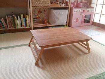 こちらは子供部屋にぴったりの折りたたみタイプのミニテーブルです。背の低いローテーブルであるのがポイント。子供が座ったときにちょうど良い高さなのだそう。折りたためると、使いたいときだけ出して、後は部屋のスキマに立て掛けて収納できるのが便利ですよ。