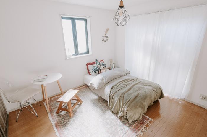ワンルームで生活する一人暮らしさんや、小さなスペースのお部屋にもミニテーブルは最適です。場所を取らないから、椅子とセットにして置いてもコンパクト。一人でご飯を食べたり、作業をしたりするのにぴったりなんです。