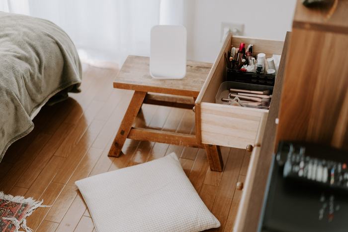 椅子として使えるスツールは、サイドテーブルや床に座ったときに使うミニテーブルにしてもOK♪ミニテーブルは、自由度の高さも魅力。生活の中でより便利な使い方を探してみてくださいね。