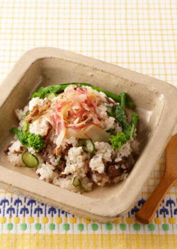 きゅうりを混ぜ込んだ酢飯に、煮込んだ牛肉を混ぜ、菜の花やみょうがを飾ります。牛肉の深いうまみと、酢飯や菜の花の爽やかさが調和。いましか味わえない美味しさです。