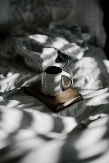 寝だめをしたい場合は、休日前夜に早く寝て長い睡眠時間を確保し、起床時間はいつもと揃えるようにしましょう。そうすることで夜にはまた自然な眠気が訪れて質の良い睡眠を取ることができます。