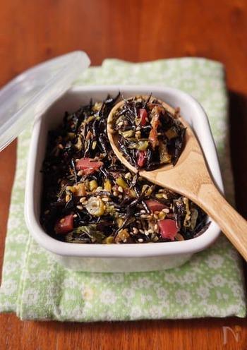 芽ひじきとカリカリ梅に、菜の花や小松菜などの青菜を加えたソフトふりかけ。自家製のふりかけは、好みの材料を使って、無添加で作れるのでいいですね。