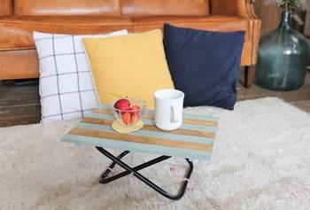 かわいらしいこちらのミニテーブルも、桐すのこが活躍。桐すのこを解体する手間はありますが、グリーンとメープルの2色を交互に組み合わせたおしゃれなアイテムに仕上がります。脚部分には、レジャー用の折りたたみ椅子を使用。手作り折りたたみミニテーブルの完成です♪