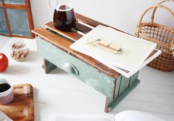 こちらのミニテーブルは、桐すのこを天板に、デッキパネルを脚に使用したアイディア。ナチュラルな質感がおしゃれですね。色付けを工夫すれば、アンティーク風など自由に楽しめます。ちなみにこちらは、ひっくり返せばブックスタンドに変身♪
