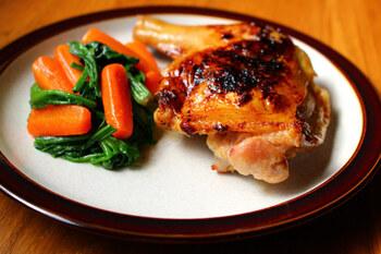 肉厚な、骨付き鶏モモ肉のグリル。こちらも魚焼きグリルで焼き上げましょう。  はちみつと醤油で照りをだして、できあがり。クリスマスチキンのようで、おもてなしに活躍してくれますよ。