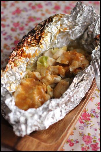 こちらは、ガーリック味噌で味付けした鶏むね肉のホイル焼き。フライパンで焼いて美味しいですが、火力のある魚焼きグリルのほうがジューシーに仕上がりやすいですよ。