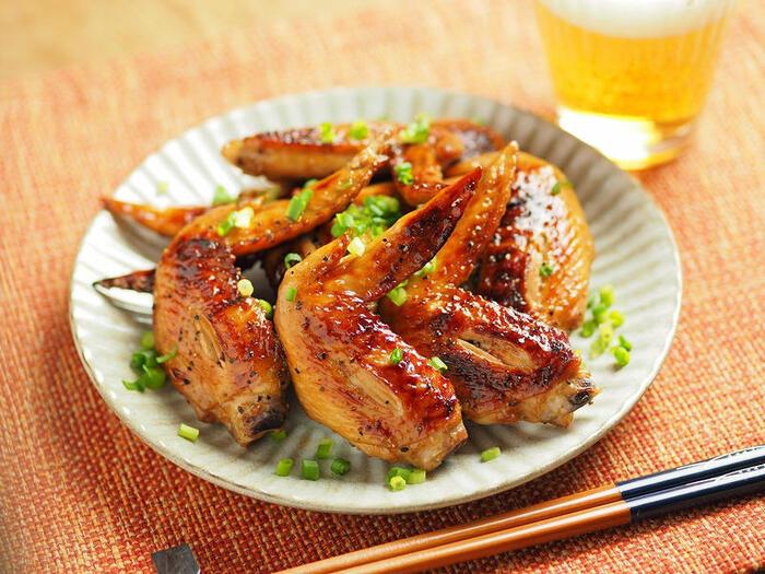 照りが美しいこちらの手羽先のグリル焼は、ぽん酢しょう油に付け込んで、焼き上げた一品。この下味には味唐辛子、にんにくも加えられているので、ビールや日本酒などにも相性ぴったりの肴にもなります。