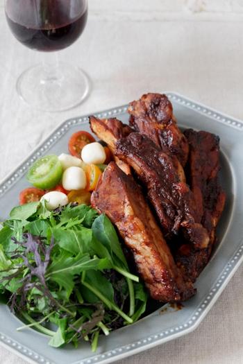 贅沢な気持ちを楽しめるお肉料理といえば、スペアリブ。  ホロリとやわらかな骨付きばら肉は、まさしくご馳走料理にぴったり。やみつきになる一品ですよね。魚焼きグリルで作れますよ◎