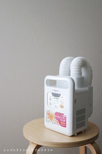 重さ2.2kgと軽量ながら、優れた性能を誇るアイテムです。ノズルが2本付いているので、2枚の布団を1度に乾燥できて効率的!ノズルは立ち上がるため、隅々まで温風が行き渡ります。