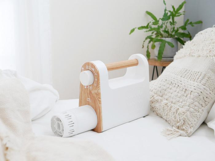 ホワイト×木目のデザインがおしゃれですね♪出しっ放しでもインテリアの一部になるので、すぐに使えるようベッド脇に置いておくのも◎操作は分かりやすいダイヤル式で、夏、冬、くつなどいくつかのモードがあります。
