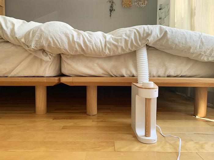 ベッドのマットレスも写真のように乾燥できます。ホースは最大45cmまで伸び、シングルサイズならまかなえます。機械がスリムなので、場所を取らないのもgoodポイント!