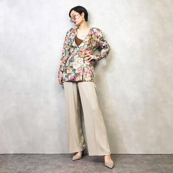 こちらは大きめのお花が描かれたすっきりとしたロングジャケットです。当時の華やかな往来を彷彿とさせるゴージャスな一枚です。シンプルなパンツやスカートと合わせると、目を惹くコーデの完成です。