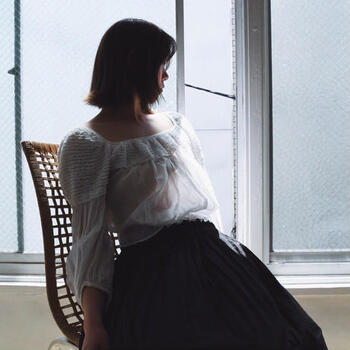 上品で繊細なデザインのものが多く、当時を生きた女性たちに想いを馳せると心が躍りますね。  こちらのブラウスは1900年代初期のもの。富裕層の女性が着るためのものと思われ、もともと一人では着られない仕様になっていました。現代の暮らしに合うよう、一人でも着られるよう改良を加えているそう。