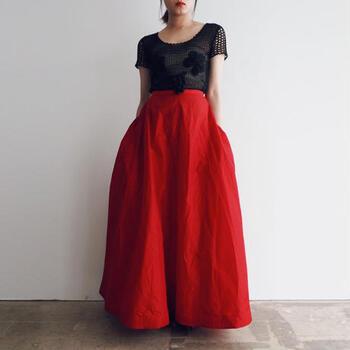 たっぷりと布を使った真っ赤なスカートは1950年代のもの。エレガントで優雅な雰囲気はやはりヴィンテージだからこそ醸し出されるものですね。  デザイン性が高く、眺めているだけでも楽しいのがこちらのお店の特徴です。それぞれの洋服の仕立てを詳しく見ていきたくなります。