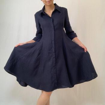 こちらはリネン100%のしなやかな紺ワンピースです。すっきり細身のトップス部分とふんわりと広がるスカート部分のメリハリが美しいですね。  元気が伝わってくるようなアメリカらしい古着の良さを味わえます。