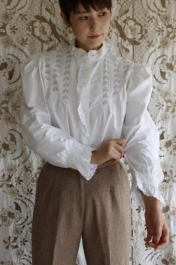 キュートなパフスリーブが印象的な美しい手刺繍が施された1930年代のブラウス。じっと見つめたくなるような細かなレース模様がとても美しいですね。お気に入りの場所に着ていきたくなるようなとっておきのブラウスになりますね。  背筋がしゃんと伸びるような、心のなかまで清々しい思いが感じられるような、そんな洋服が揃えられたお店です。