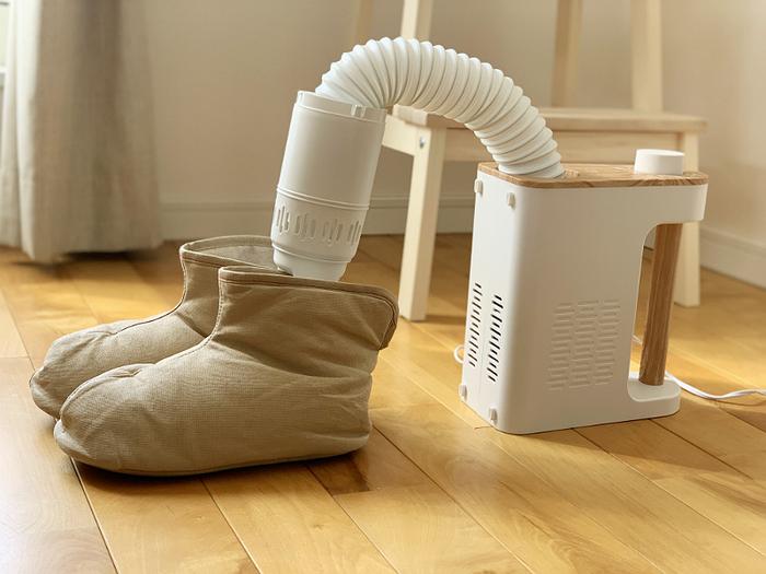 一日履いた後の靴は、結構湿気が溜まっています。大切な靴のケアにも布団乾燥機はおすすめ!ホースを靴の中に入れるだけなので簡単です。