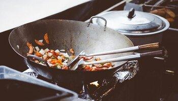 鉄製の中華鍋には、購入時に錆び止め剤が塗布されています。そのため、新品の中華鍋を使い始める際には、この錆び止め剤を焼き切る「空焼き」という作業をしなければなりません。