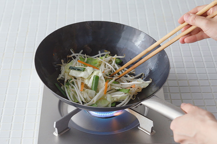 「山田工業所」は横浜で業務用中華鍋を作っているメーカー。鉄を叩いて成型する「打ち出し製法」で、軽くて熱伝導率の高い中華鍋を可能にしています。