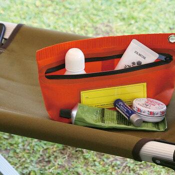 バッグの中身を賢く安全に整理したいという方におすすめなのが、表面が樹脂コーティングされた防水・耐水性抜群なタープポーチ。使い勝手が抜群にいいだけでなく、ポップなルックスは持っていて楽しい気分にさせてくれます。何個か色違いで揃えてシチュエーション別に使い分けてもいいですね。
