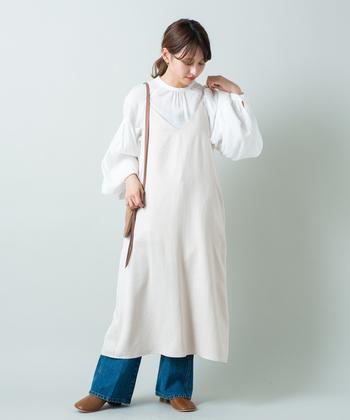 袖コンシャスなブラウスにおすすめしたいのが、ワンピースとのレイヤード。コーデ全体のバランスもとりやすく、春らしい装いに仕上がります。