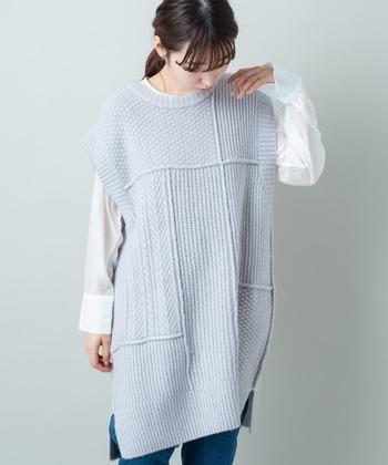 透け感のあるシャツに、ロング丈のベストを重ねてワンピース風に。ベストの色味を爽やかカラーにすれば、コーデがぐっと春めきます♪