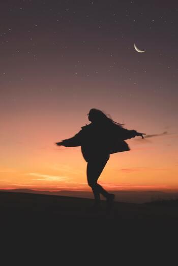 ニュームーンを意味する新月は、「始まり」「スタート」そして「リセット」の日。今回は新月の過ごし方について、紹介していきます。