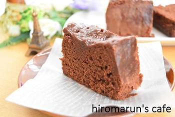 混ぜ合わせた材料をタッパーに流し込んだら、レンジで2分!あっという間にできあがる簡単チョコケーキです。  材料も少ないので、急な来客の際にも重宝するレシピですよ*