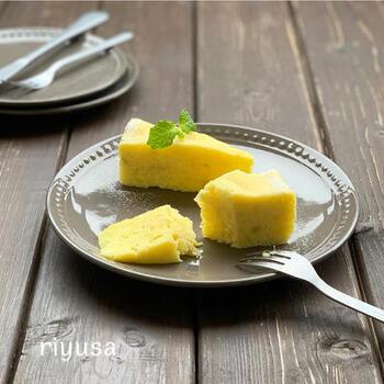 さつまいもにとろけるチーズをアレンジするというアイデアレシピです。滑らかに混ぜ合わせた材料をトントンと軽く空気を抜いておくのが、きれいに仕上げるポイントです。