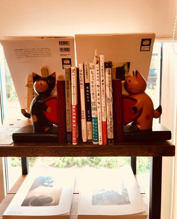 店内にある本は全て猫関連のもの。本棚だけでなく、窓際の棚にも本が置かれています。ブックスタンドも猫モチーフ♪