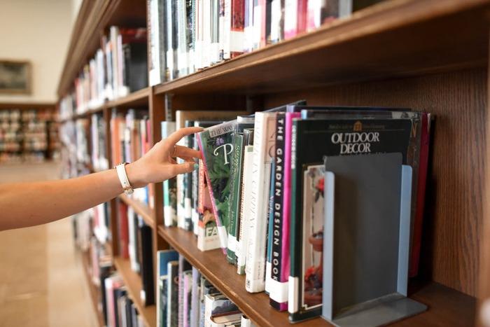 調べ物に困ったら、活字が恋しくなったら。仕事終わりに寄れる都区内<夜間開館>の図書館9選
