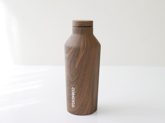 お気に入りのデザインを選べば、鞄の中でもデスクに置いても気持ちがウキウキします♪水筒のメリットはエコなだけでなく、冷たいものは冷たいまま、温かいものは温かい状態を保つことが出来るところです。いつ飲んでも適温なのは、かなりありがたいですね♪