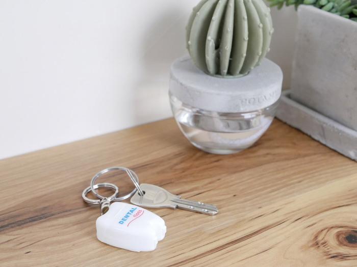 歯ブラシを持ち運ぶのはかさ張るから嫌…、という方にもおすすめしたいアイテム。キーリングが付いているのでいつも使うキーと一緒に持ち歩いてもいいですね♪