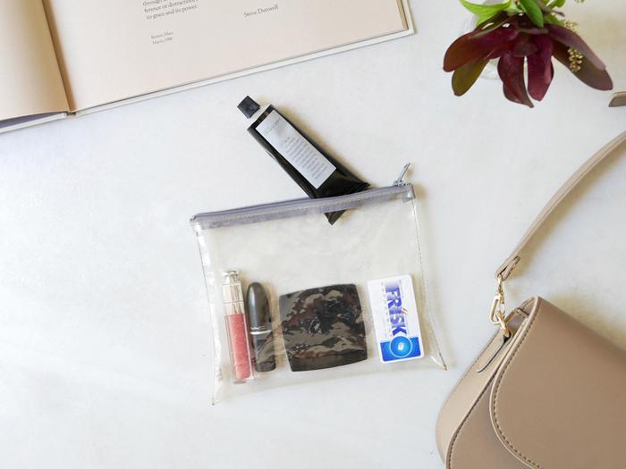 マチがあるポーチは収納力もあり便利ですが、マチがないポーチはかなりスリムです。鞄が小さい場合は特に重宝しますよ。荷物が多い場合でもスリム化・見える化が両方叶うので出し入れがスムーズに。