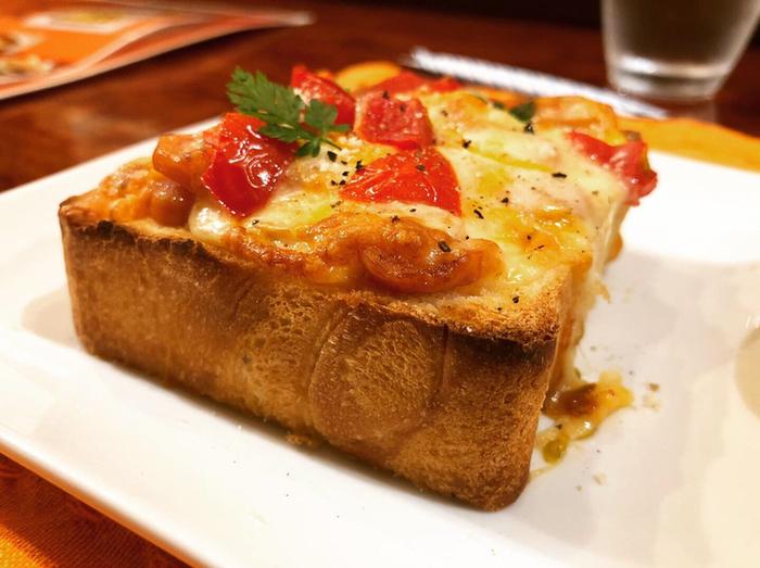 こちらは「カラペーニョソーセージ」。辛味が特徴のハラペーニョをもじったネーミングです。スパイシーなソーセージとフレッシュなトマト、4種のチーズがトッピングされています。表面はサクっと焼き上がっているのに中はもちっとしたトーストとの相性も◎