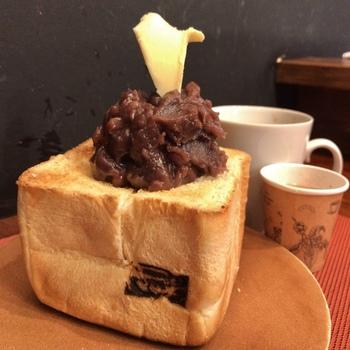 浅草の老舗ベーカリー「ペリカン」。行列のできる名店として有名ですが、そのトーストの専門店です。自家製のあんこを使った「あんバタートースト」はボリュームも満点!朝から大満足です。