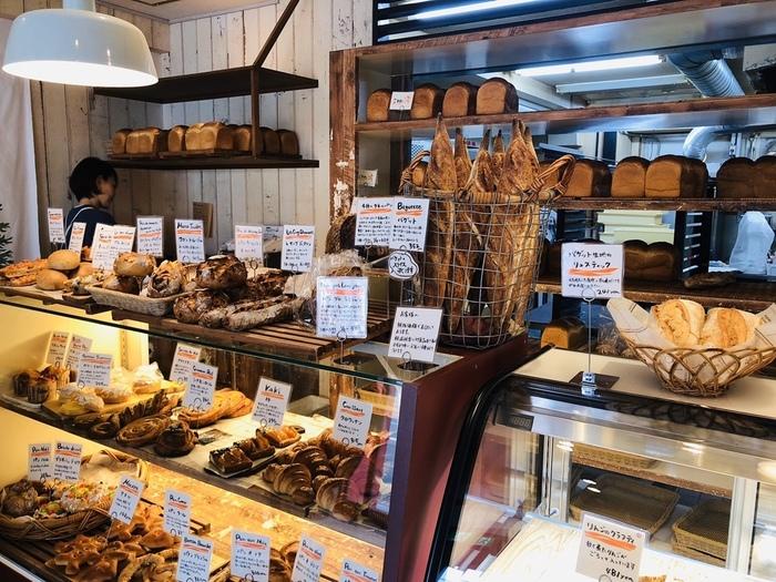 店内に一歩足を踏み入れると、焼きたてパンの香ばしい匂いがしています。お店の中では所狭しとショーウイィンドウの中に美味しそうなパンがキレイに並べられています。ル・シュクレクール岸部は、トレイでお客さんがセルフでパンを取るのではなく、購入するパンを店員さんに伝えると、店員さんがパンを袋に入れてくれるヨーロッパのベーカリーのようなスタイルとなっています。