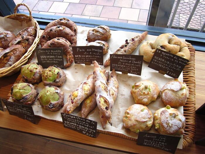 ブーランジェリー・ルマタン・ドゥ・ラヴィの店内には、天然酵母を使ってじっくりと焼かれた香ばしい香りをしたパンがキレイに陳列されています。
