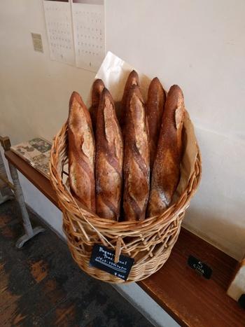 ブーランジェリー・ルマタン・ドゥ・ラヴィでは、天然酵母を使用したハード系のパンがとても有名です。様々なハード系のパンが用意されていますが、一番のおすすめは外はカリカリで中はふわふわもちもちとした食感のバケットです。