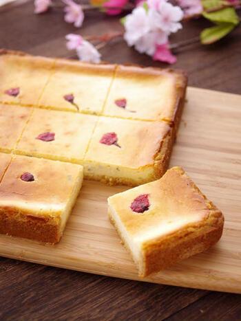 ピンク色の桜が愛らしいチーズケーキ。桜の葉の塩漬けを生地に混ぜ込み、桜の花の塩漬けをトッピングとして使っています。ホットケーキミックスを使って簡単に作れるのもうれしいですね。